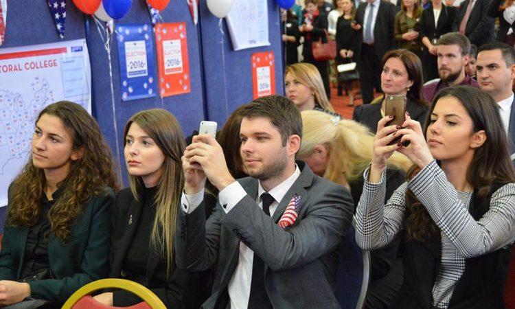 Младата публика следи како резултатите од гласањето пристигнуваа тоа утро.