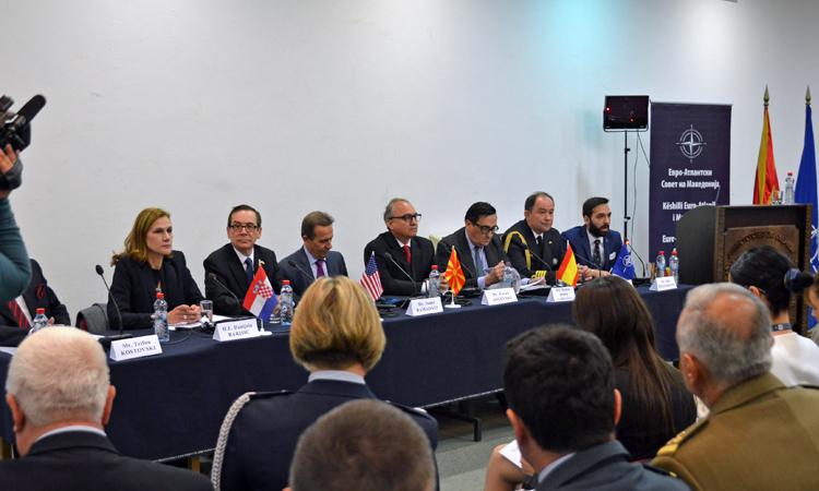 Ambasadori Jess Baily, së bashku me z. Ismet Ramadani, president i Këshillit Euro-Atlantik të Maqedonisë, ministrin e mbrojtjes z. Zoran Jolevski; ambasadoren e Kroacisë Danijela Barishiç, ambasadorin e Spanjës Ramon Abaroa Carranza, shefin e Zyrës së NATO-s kapitenin Gorazd Bartol dhe drejtorin ekzekutiv të Klubit të Biznesit të Këshillit Euro-Atlantik z. Trifun Kostovski në konferencë për shtyp ku u shënua përvjetori i 68-të i NATO-s.